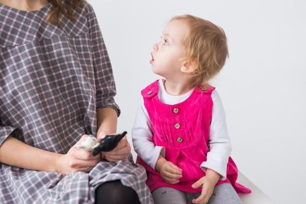 Conceito de crianças e infância - linda garota, uma criança em um vestido rosa.