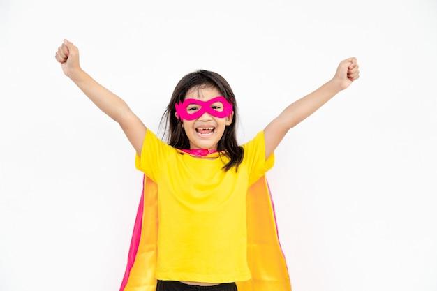 Conceito de crianças, menina sorridente brincando de super-herói em fundo branco