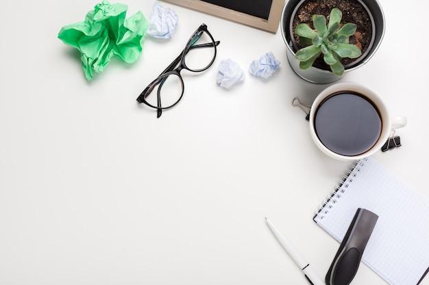 Conceito de criatividade empresarial. café, folhas de papel e wads amassados na mesa