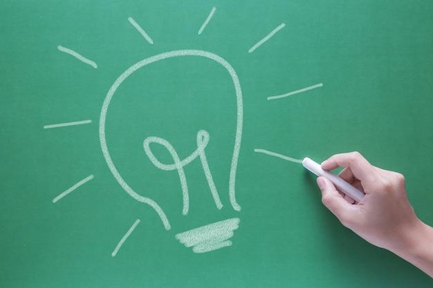 Conceito de criatividade empresarial com lâmpada de ideia de desenho à mão