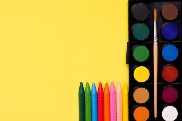 Conceito de criatividade. tintas e lápis de cor.