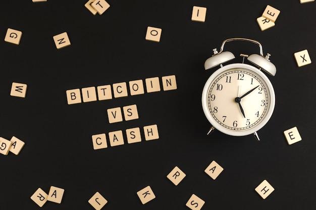 Conceito de criptografia versus dinheiro, bitcoin versus dinheiro antigo em fundo preto com despertador, foto de banner criativa