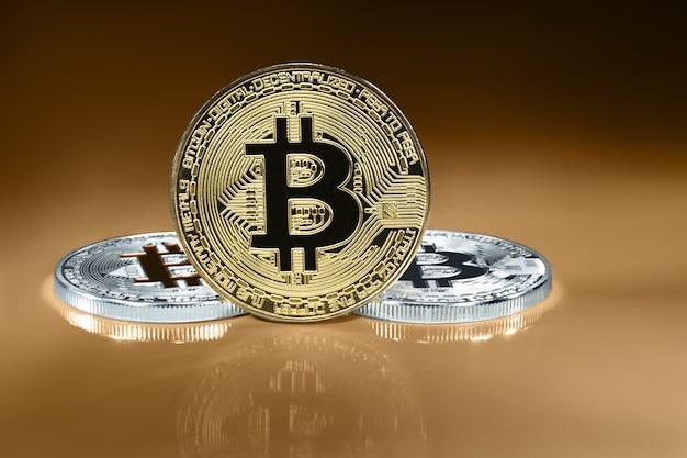 Conceito de criptomoeda. tendências nas taxas de câmbio de bitcoin. ascensão e queda do bitcoin.