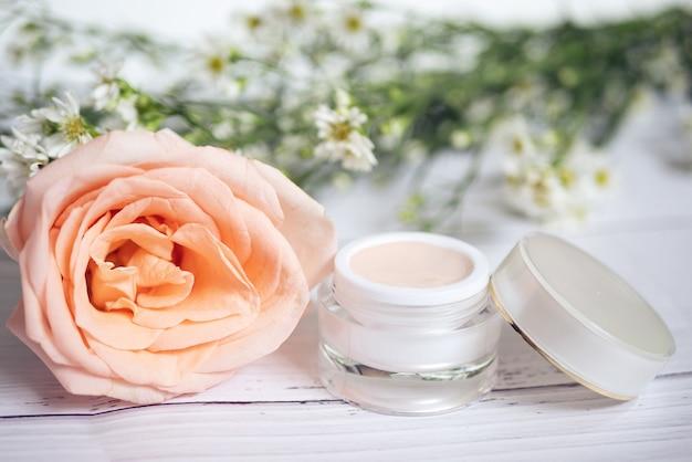 Conceito de cuidado de pele. produto de remédios skincare rosa creme no pacote