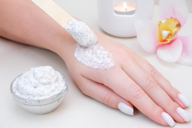 Conceito de cuidados com a pele. esfoliante para o corpo e as mãos. cuidados com a pele em casa
