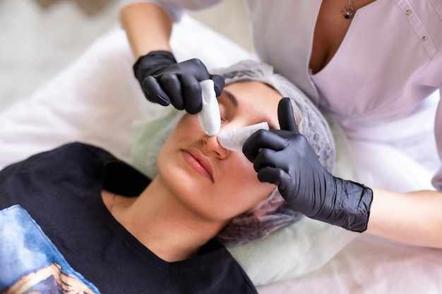 Conceito de cuidados com a pele. uma mulher em um salão de beleza durante um tratamento de cuidados com a pele facial.