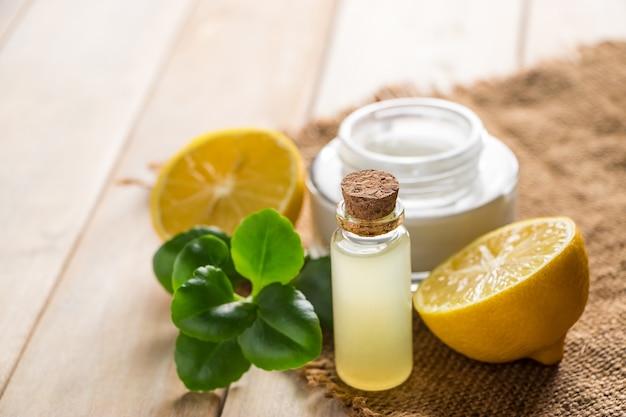 Conceito de cuidados de saúde. cosméticos orgânicos com limão.