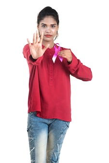 Conceito de cuidados de saúde e medicina - jovem com as mãos segurando uma fita rosa de conscientização do câncer de mama
