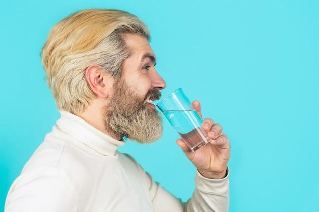 Conceito de cuidados de saúde, estilo de vida, close-up. homem bebendo de um copo d'água.