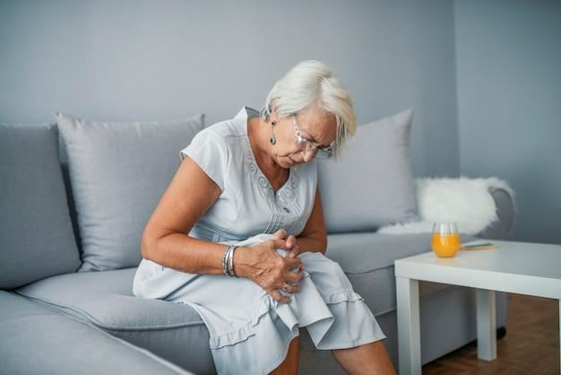 Conceito de cuidados de saúde. mulher, sofrimento, de, dor, em, joelho, closeup