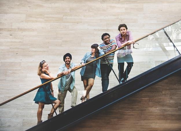 Conceito de cultura juvenil de diversidade de amigos adolescentes