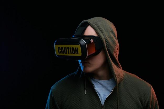 Conceito de cyber segunda-feira. homem de óculos vr