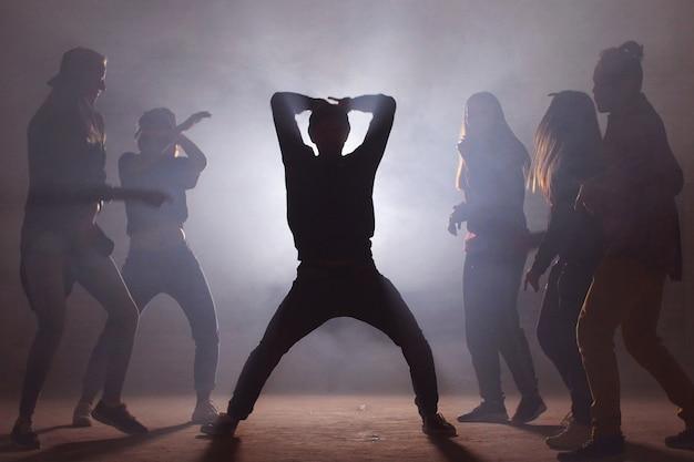 Conceito de dança na festa da discoteca. se divertindo com os amigos.