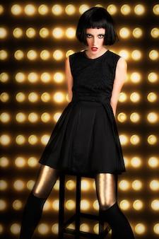 Conceito de década de moda e história dos anos 20 ruidoso. estilo retrô vintage de alta costura feminina.