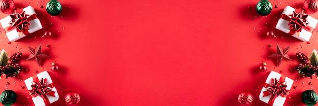 Conceito de decoração de fundo de natal em fundo vermelho