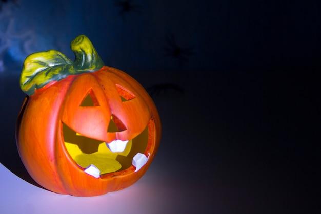 Conceito de decoração de halloween uma cabeça de abóbora em uma teia de aranha