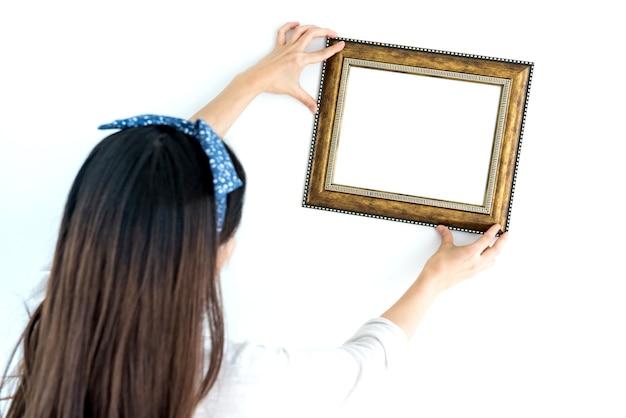 Conceito de decoração para casa. coloque a moldura na parede e fundo branco