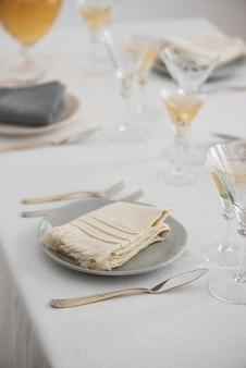Conceito de decoração para casa com guardanapos de linho branco, foco seletivo