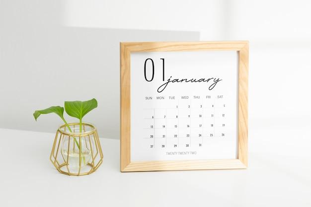 Conceito de definição de metas com calendário e planta