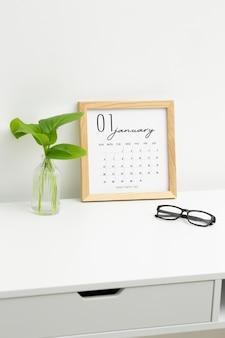 Conceito de definição de metas com calendário na mesa