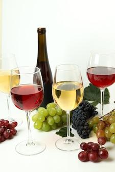 Conceito de degustação de vários vinhos na mesa branca