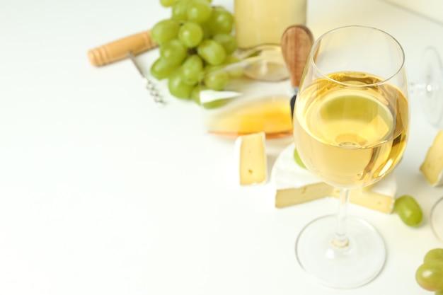 Conceito de degustação de vinho branco em fundo branco