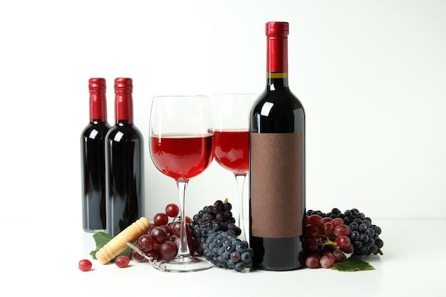 Conceito de degustação de vinhos tintos em fundo branco