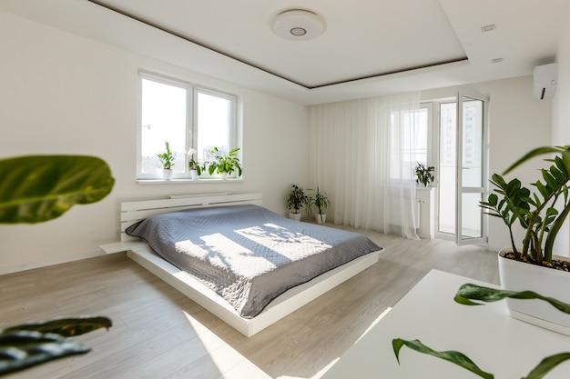 Conceito de descanso, interior, conforto e roupa de cama - cama em casa