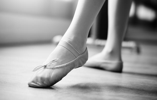 Conceito de desempenho de treinamento de dança jovem bailarina