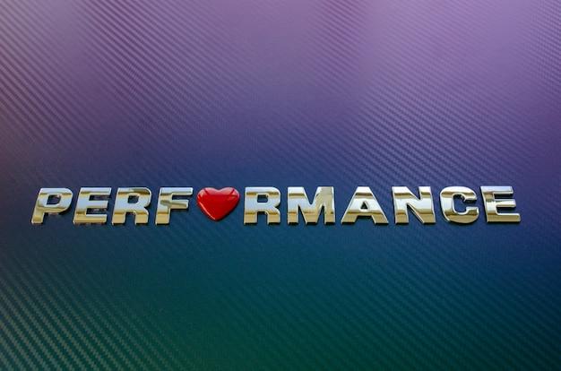 Conceito de desempenho do motor. letras colocadas na diagonal na superfície da fibra de carbono com o símbolo do coração substituindo a letra o