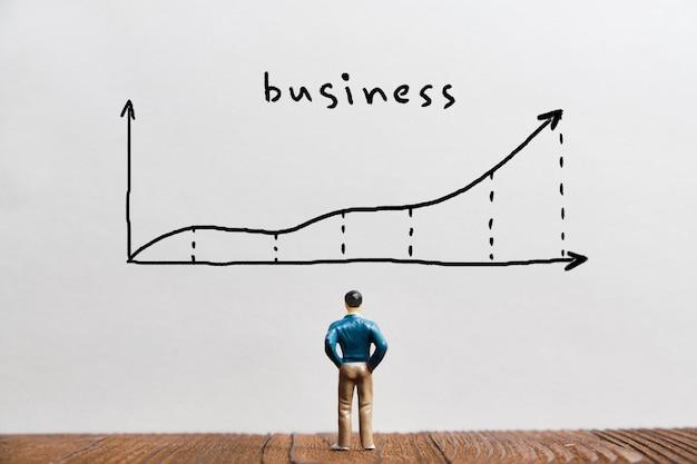 Conceito de desenvolvimento e crescimento de negócios no gráfico com seta e pessoa de negócios.