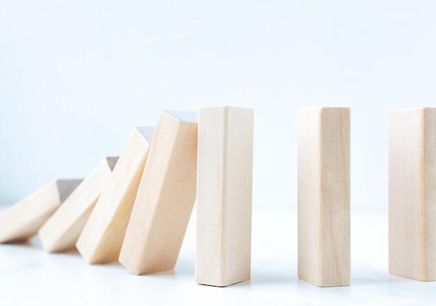 Conceito de desequilíbrio de controle de risco empresarial em blocos de madeira com espaço de cópia.