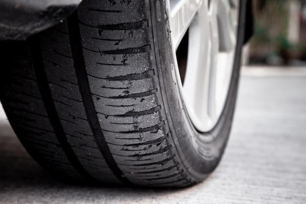 Conceito de desgaste de pneu. perigo de usar o pneu careca de carro velho com muito pouco piso restante.