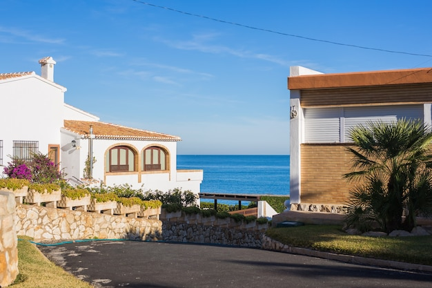Conceito de design, arquitetura e construção - casa acima da praia. Foto Premium