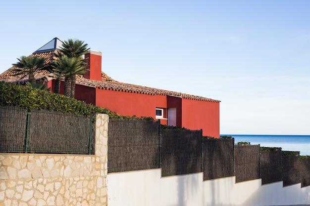 Conceito de design, arquitetura e construção - casa acima da praia.