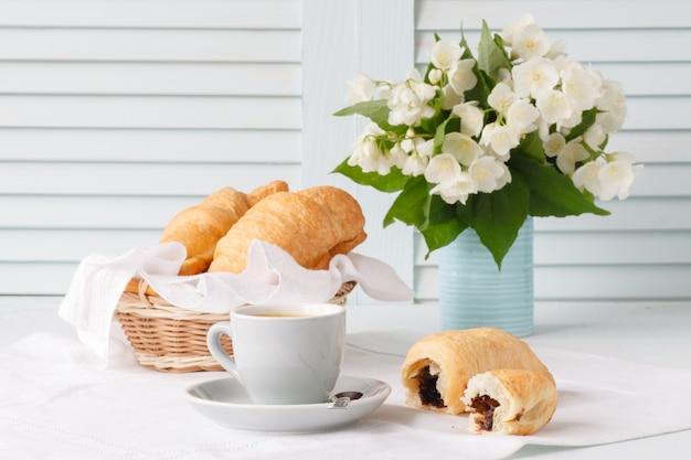 Conceito de design de café da manhã com croisant e café