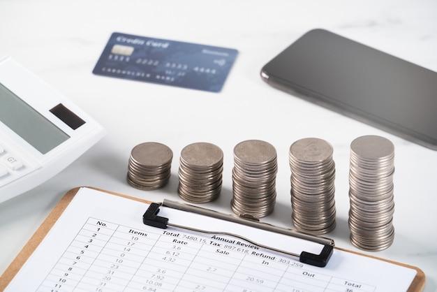Conceito de design de relatório anual de análise resumida com calculadora, pagamento com dispositivo eletrônico e cartão de crédito.