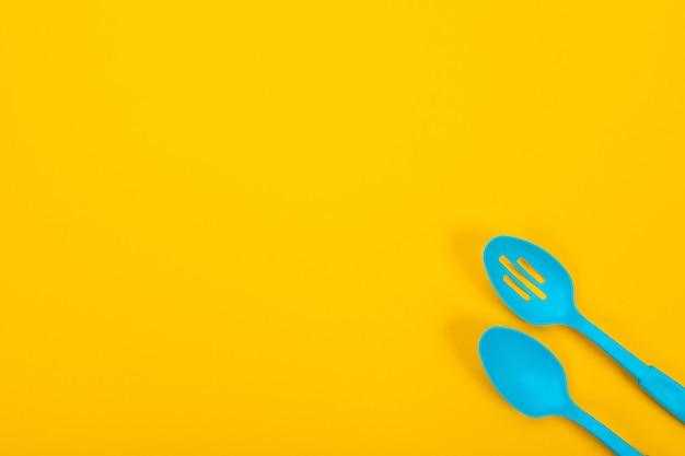 Conceito de design de utensílios de cozinha isolado amarelo