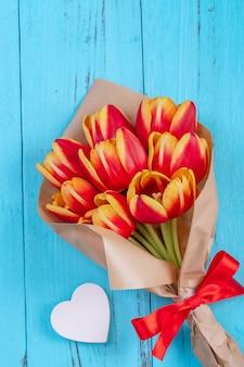 Conceito de design do dia das mães, bando de flores tulipa. lindo buquê vermelho e amarelo