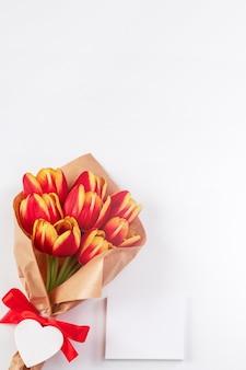 Conceito de design do dia das mães, buquê de flores de tulipa, - lindo buquê vermelho e amarelo isolado na mesa de fundo branco brilhante, vista de cima, disposição plana, espaço de cópia