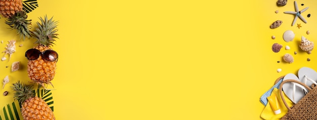 Conceito de design do fundo de frutas de verão. vista superior da praia de viagens de férias com conchas, folhas de abacaxi e palmeira em fundo amarelo.