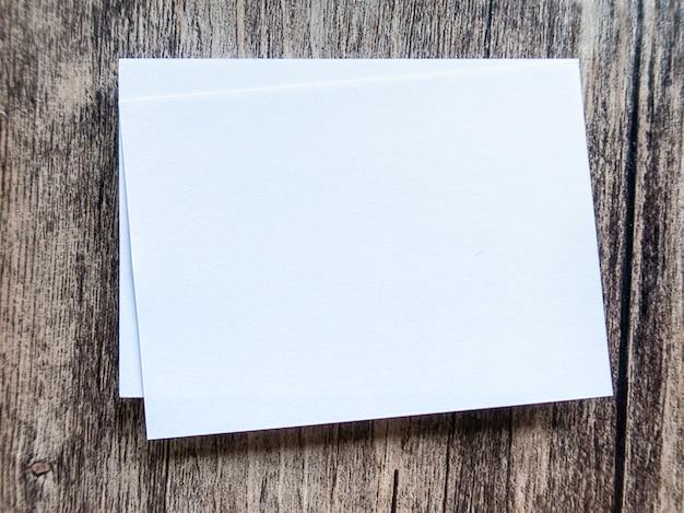Conceito de design - vista em perspectiva do cartão branco no fundo do assoalho de madeira