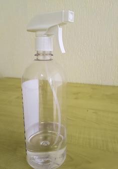 Conceito de desinfecção e higiene, frasco de spray com anti-séptico em cima da mesa.