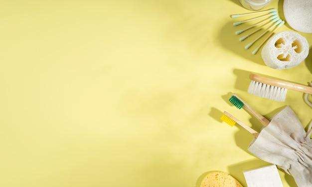Conceito de desperdício zero. bolsa de linho, escova de dentes de bambu, pente, talha, palito de ouvido. sombras da moda em fundo amarelo. estilo de vida ecológico e sustentável. vista do topo. disposição plana. copie o espaço. bandeira