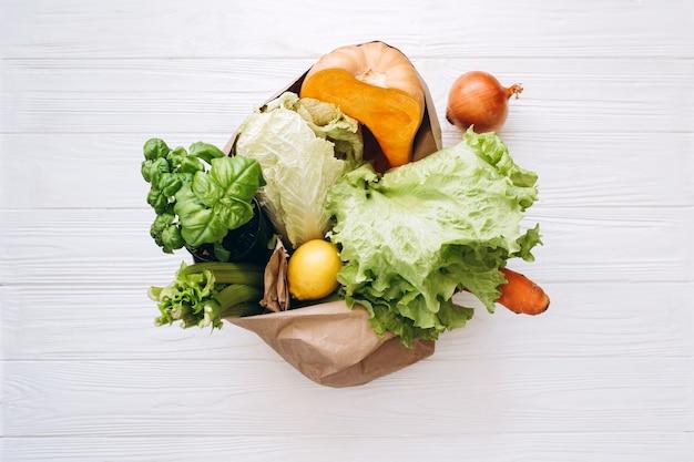 Conceito de desperdício zero. compra de alimentos sem pacote. saco ecológico natural com frutas e vegetais orgânicos. conceito de estilo de vida sustentável. artigos de plástico grátis. reutilizar, reduzir, recusar.