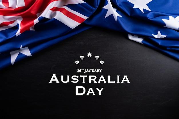 Conceito de dia da austrália. bandeira australiana contra um fundo de quadro-negro.