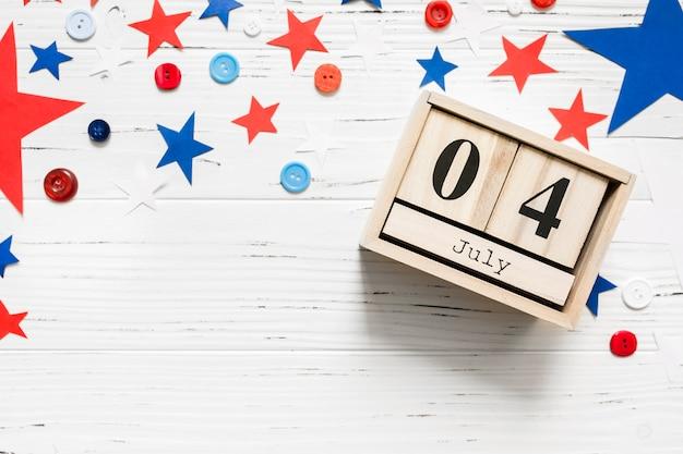 Conceito de dia da independência com calendário de madeira