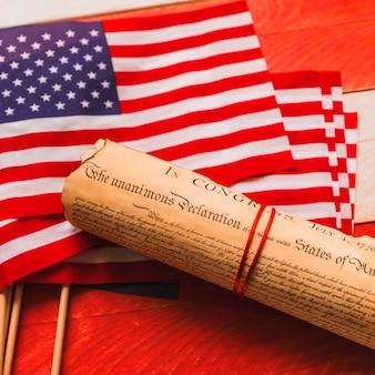 Conceito de dia da independência dos eua com declaração e sinalizadores