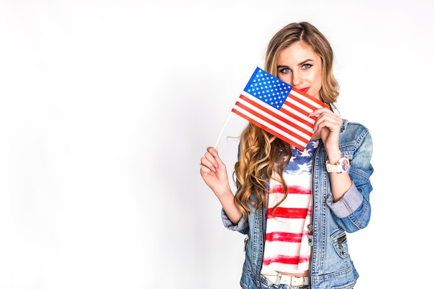 Conceito de dia da independência eua com mulher mostrando bandeira