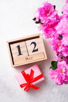 Conceito de dia das mães com calendário e flores